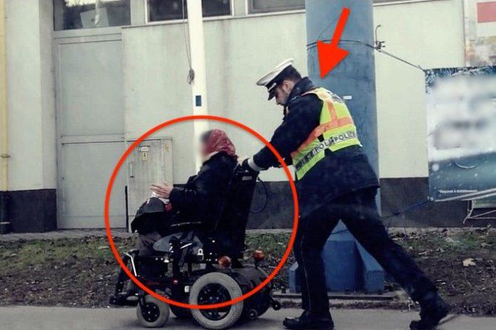 Miért nem osztja ezt meg senki: Otthonáig tolták a bajba jutott idős asszonyt a rendőrök